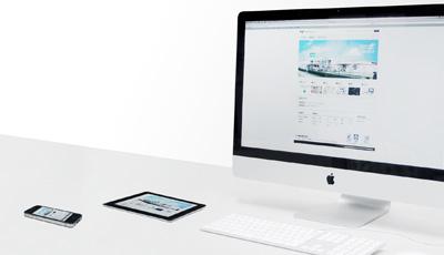 ディスプレイに西巻印刷のウェブサイトが映る写真
